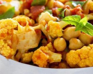 Curry de chou-fleur minceur à la tomate et aux pois chiches : http://www.fourchette-et-bikini.fr/recettes/recettes-minceur/curry-de-chou-fleur-minceur-la-tomate-et-aux-pois-chiches.html