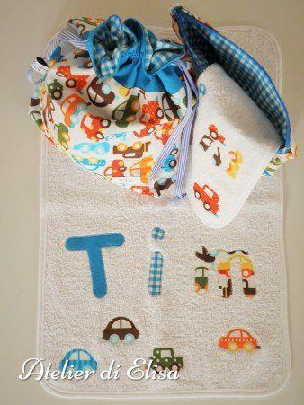 Set asilo del piccolo Tim ... un ingorgo di macchinine!!!: sacchetto porta tutto, busta con chiusura a lampo, asciugamano e bavaglino con elastico ... pronto per affrontare il traffico giornaliero!!!