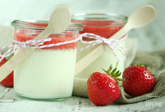Panna Cotta mit Erdbeersoße  200 g Sahne 200 g Milch 50 g Zucker 1 Vanilleschote (davon das Mark) 3 Blatt Gelatine  Ca. 300 g Erdbeeren