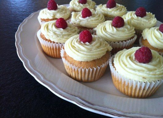 Himbeer-Cupcakes mit Vanille-Frosting