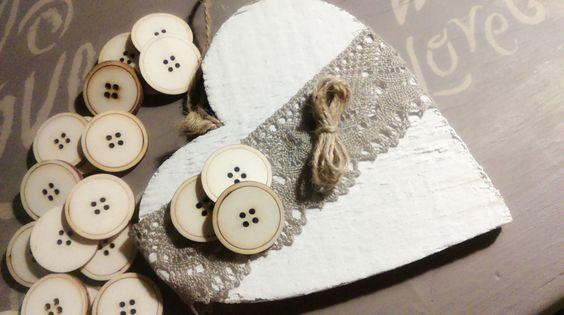 Cuore di legno decorato con bottoni di legno di Ameliatheshabbydog su Etsy