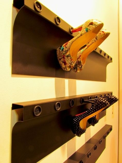 : Mulheres, seus muitos sapatos de salto e o pouco espaço para guardá-los: esse foi o mote do designer dinamarquês René Sandahl e sua Flash Up. A sapateira acoplada à parede é feita de metal e possui orifícios com revestimento de silicone resistente onde os saltos são encaixados: