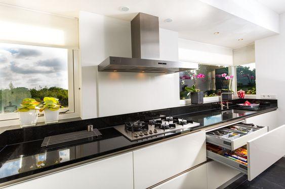 Maatwerk greeploze keuken hoogglans wit zwaagwesteinde - Betegeld zwart wit geblokte keuken ...