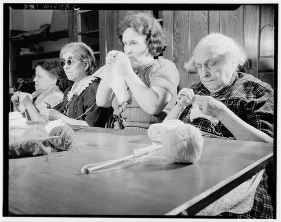 Женщины за вязанием | New York, New York. Women knitting at the Lighthouse, an institution for the blind, at 111 East Fifty-ninth Street, 1944.