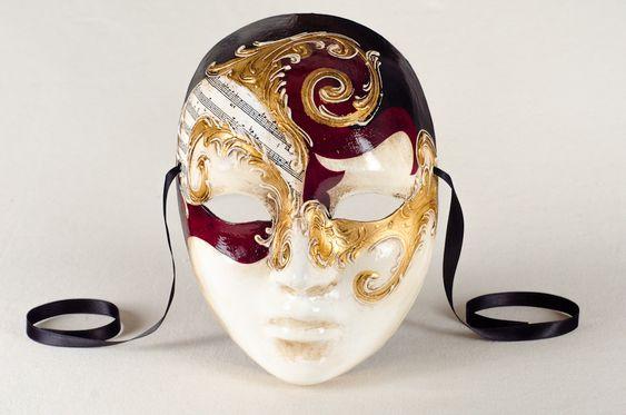 I volti Betty sono maschere di carnevale veneziane con decorazione molto complessa. Il classico schema a rombi è qui rielaborato con l'uso di materiali pregiati come la foglia d'oro e gli stucchi dorati. I colori acrilici blu e azzurro sono sapientemente usati per creare un effett