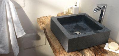 Vasque à poser Form Baltik granit. Matière : Pierre naturelle. Dimensions : L.40 x p.40 x h.12,5 cm. Poids : 35 kg. Vendue sans robinetterie et sans bonde. 209 euros. Castorama.