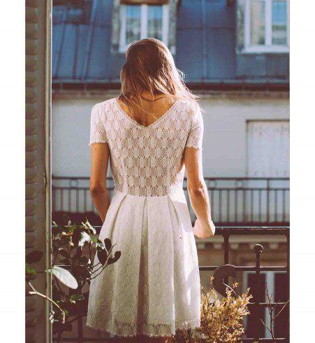 Tenue pour un mariage civil : une robe dos nu en dentelle Lorafolk