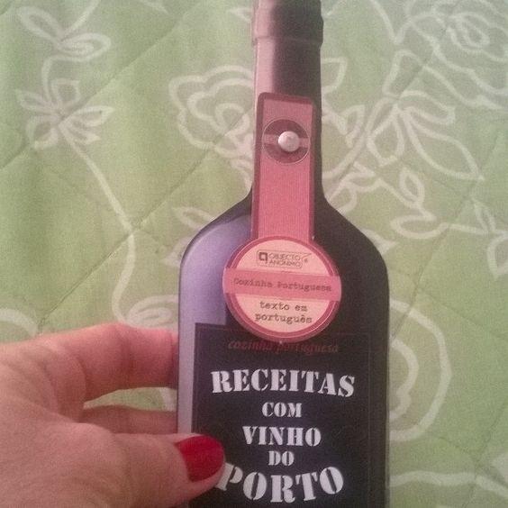 Que gracinha este presente que recebi! Direto de Portugal-receitas com vinho do Porto #culinariaportuguesa #vinhodoporto #objectoanonimo #douro #fromportugal #cozinhaportuguesa #cavesdovinhodoporto  by sandramsmb