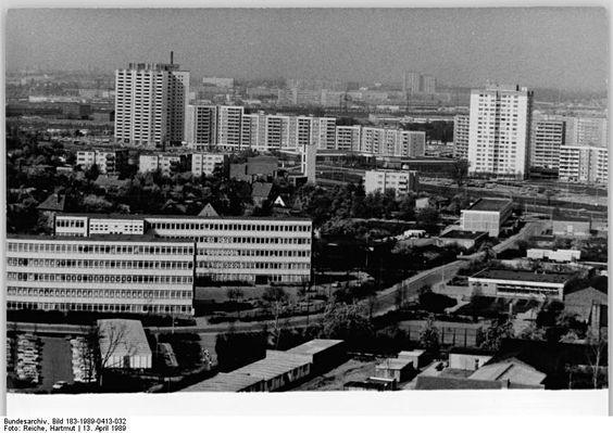 Berlin, Marzahn, Wohnblocks - ADN-ZB Reiche 13.4.89 Berlin: Marzahn-Im Dezember 1977 zogen die ersten Mieter in die Neubauten des damals neuentstehenden Stadtbezirks Berlin-Marzahn ein. Heute ist der Wohnungsbau auf dem 32 Quadratkilometer großen Territorium - Neubaugebiet, Biesdorf und Friedrichsfelde-Ost- so gut wie abgeschlossen. Es entstehen nun vor allem Geschäfte, Dienstleistungseinrichtungen und Klubs.