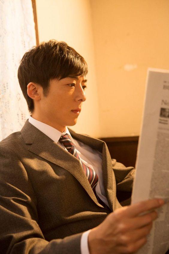 新聞を読む高橋一生
