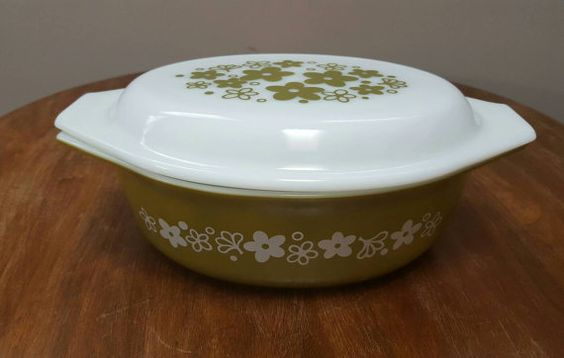 Pyrex, Spring Blossom Green oval casserole/baker with white opal lid.marked 043. The dish is green with daisies or flowers on both on both sides in white. The dish and lid both have handles for easy transfer from the oven to the table. A super addition to your Spring Blossom Green collection!