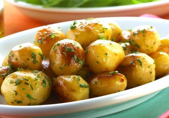 Tanto como aperitivo, quanto como acompanhamento, a batata dourada leva salsa, margarina e sal a gosto.