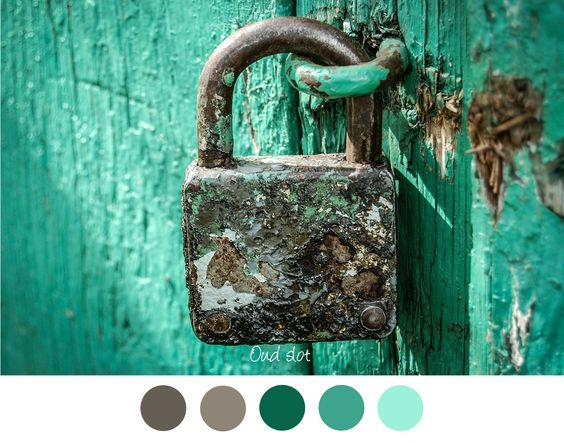 Oud slot - Mooie kleurencombinatie voor in het interieur. Grijs - groen - aqua - petrol. Oude verweerde deur met oud hangslot