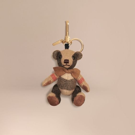 Ciondolo orsetto Thomas tradizionale in morbido cashmere con motivo check. Il…