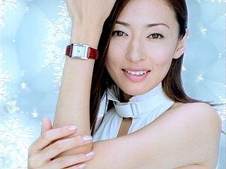 時計をつけている松雪泰子