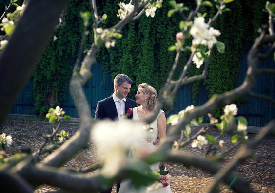"""Hochzeitsfotos auf dem Landgut Borsig Ganz gerührt war ich von der märchenhaften Location """"Landgut Borsig"""". Backstein, Felder, See, Schwäne, und, und, und….Dementsprechend toll sind auch die Hochzeitsfotos geworden. Liebe Grüße an das liebenswerte Brautpaar Janine & Robert!  - http://schneeweiss-und-rosenrot.com/hochzeitsfotos-auf-dem-landgut-borsig/"""