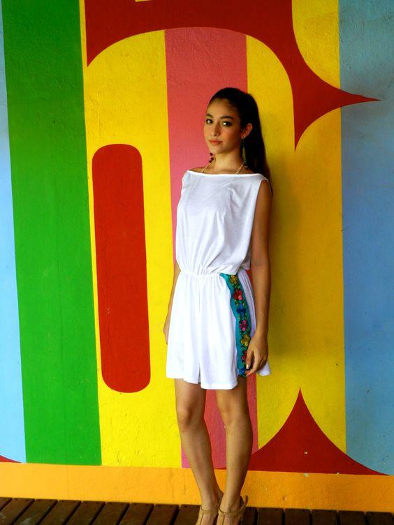 Vestido de tela de algodón con apertura a los costados y bordado lateral