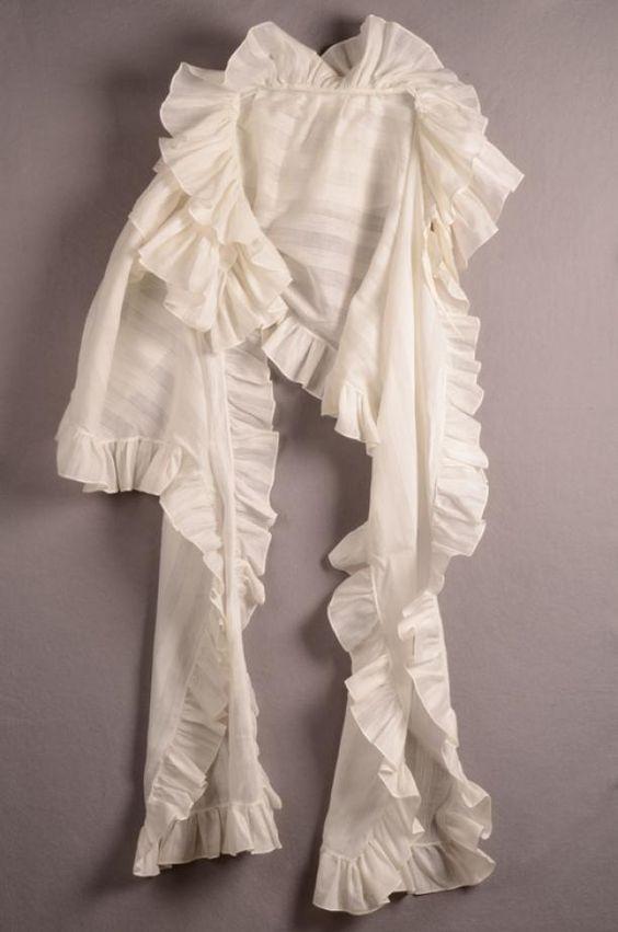 Pelerine van wit katoen met ingeweven strepen en afgebiesd met stroken. In de 18e eeuw leek een pelerine erg veel op een halsdoek | Centraal Museum | 1780-1800