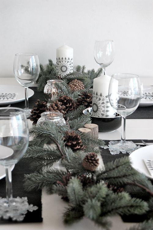 Décorer la table de Noël avec des pommes de pin. Une idée pas cher (gratuite !) pour apporter une jolie touche naturelle à la table de Noël.