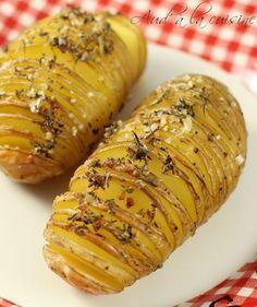 RECETTE POMME DE TERRE À LA SUÉDOISE: 6 pommes de terre - 3 cuillères à soupe d'huile d'olive - 1 cuillère à café d'herbe de Provence - 1/2 cuillère à café d'ail semoule - fleur de sel et poivre du moulin
