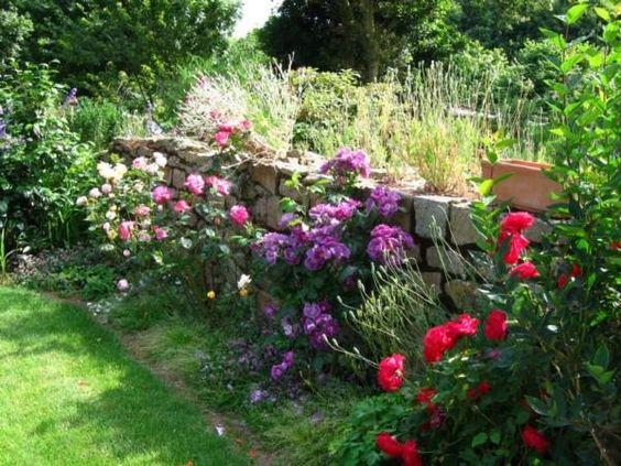 Jardin anglais tr s reposant et romantique devant un vieux for Jardin de cottage anglais