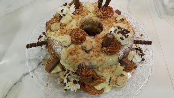 bolo de banana com recheio de chocolate branco, doce-de-leite, amendoim, paçoca, suspiro, canela e chantily