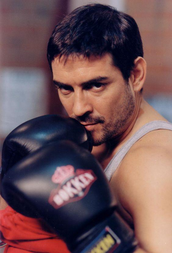 Miguel Ortiz boxeando como Juan Guevara en la serie de tv Ciudad Sur
