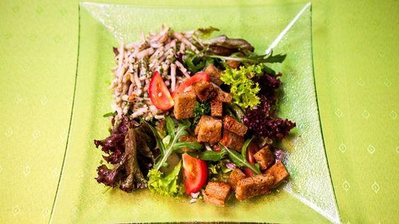 Renate Schmidts Vorspeise: Salat mit Hopfenspargel.   Bild: BR/megaherz gmbh