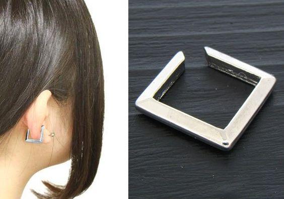 FAUX PIERCING CARRÉ ACIER http://www.aiapiercing.com/nouveautes/faux-piercing-carre-acier Ce bijou en brass couleur acier peut se porter à l'oreille, au nez. #fauxpiercing #piercing