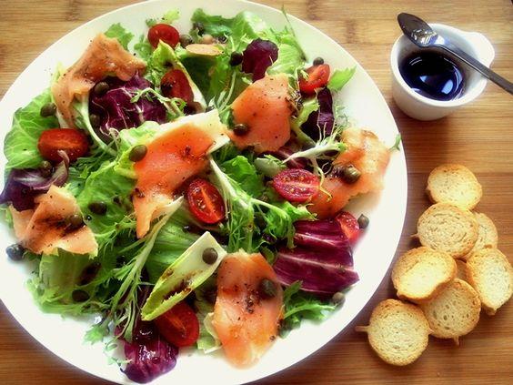 O calor me inspira a criar combinações diferentes de saladas, que geralmente substituem os pratos quentes. Para que não falte nenhum nutriente, escolho ingredientes bem variados ecoloridos, e semp…