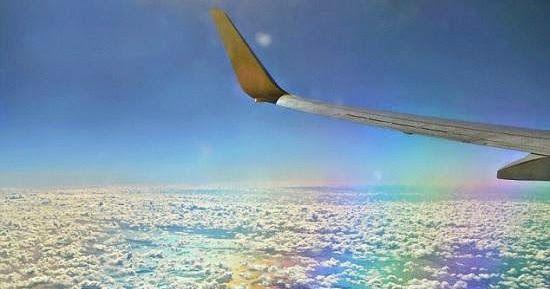 التقطت امرأة كندية هذه الصورة وكانت تعتقد إنها مجرد منظر جميل للغيوم من نافذة طائرة وبعد مشاهدتها الصورة لاحقا تبين أنها لقطة نادرة Airplane View Views Scenes