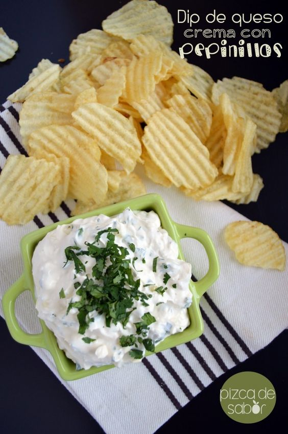 Dip de queso crema con pepinillos | http://www.pizcadesabor.com/2014/01/22/dip-de-queso-crema-con-pepinillos/