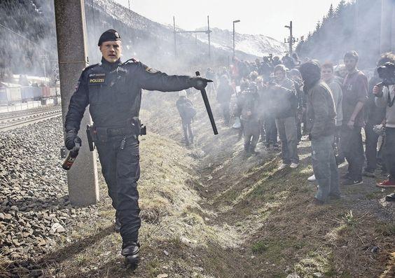 Österreich wird Ungarn Die österreichische Regierung schafft faktisch das Asylrecht ab. In der Hoffnung, mit Härte bei den Wahlen zu punkten. Doch vergeblich.  Polzeieinsatz an der österreichisch-italienischen Grenze am Brenner. Foto: Getty Images