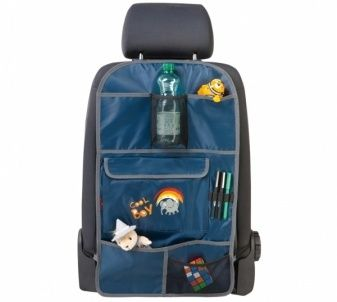 Der Kinder Organizer Cool Boy blau bietet sehr viel Platz zur Aufbewahrung von Spielzeug, Getränken und anderen Dingen, die eine lange Fahrt im Auto abwechslungsreicher machen.
