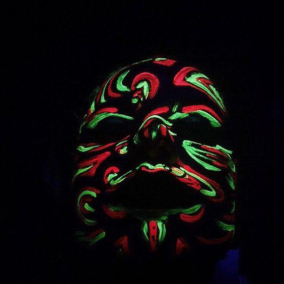 """""""Desperte para dentro de ti e veja os olhos de tua alma. Dentro, em teu interior, o universo ressarce e a vida ressurge. Se desejais chegar à casa da alma, buscai no espelho o rosto mais singelo.""""  [Rumi] #mask #neonmask #art #karlameneses"""