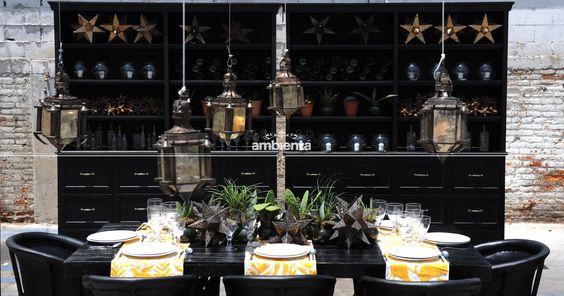 Comedor. Mesa negra y equipales negros. Camino de mesa mexicano bordado. Estrellas de latón.