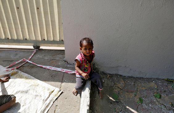 Shivani, la niña india de 15 meses que pasa los días atada a una piedra mientras sus padres trabajan