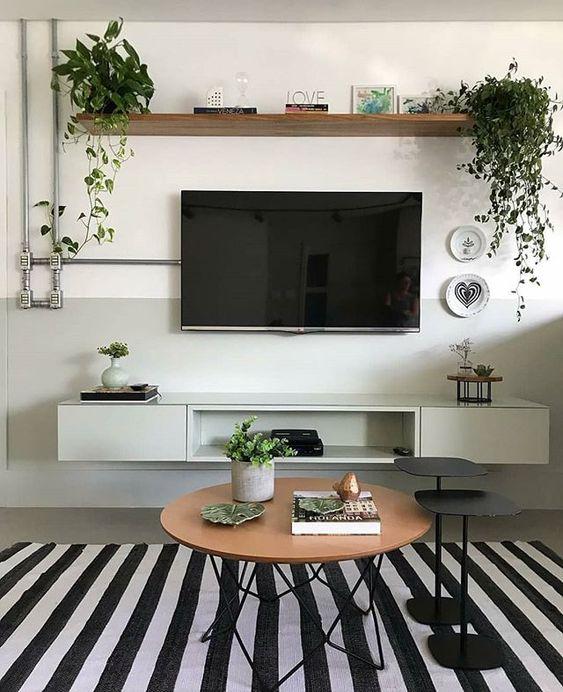 Sala de estar projetada pela @gleuse.arquitetura com parede pintada pela metade e tubulação aparente 😍. . Via: @ideiasdiferentes #diyhomebr #saladeestar #sala #livingroom #living #room #roomdecor
