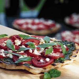 yumPower - Grilled Pizza with Pesto, Tomatoes & Feta