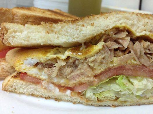 Sandwich de tortilla de atún vegetal