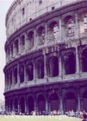 """loa area outside Forums El sorprendente Anfiteatro Flavio, popularmente conocido como """"Coliseo"""". Comenzado por Vespasiano en 72 d.C y finalizado por su hijo Tito en 79 d.C. Con capacidad para 55.000 espectadores. Un prodigio de la arquitectura."""