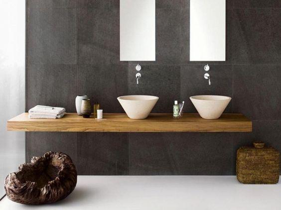mobilier en bois et carrelage gris foncé dans la salle de bains design naturel