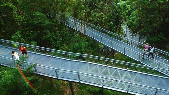 Đường mòn đi bộ Southern Ridges đi xuyên qua: Công viên Mount Faber, Công viên Đồi Telok Blangah, Công viên HortPark , Công viên Kent Ridge cùng với khu bảo tồn thiên nhiên Labrsdor