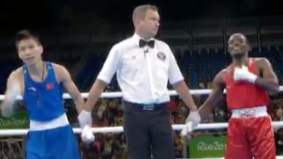 Mira el corte que se lleva este boxeador chino por celebrar la 'victoria' antes de tiempo - http://www.vistoenlosperiodicos.com/mira-el-corte-que-se-lleva-este-boxeador-chino-por-celebrar-la-victoria-antes-de-tiempo/