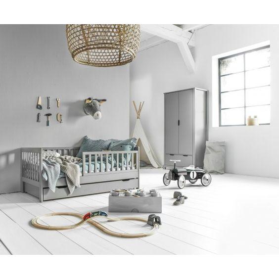 Een minimalistische peuterkamer in grijs en wit