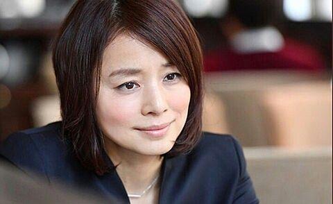 落ち着いたメイクの石田ゆり子の画像