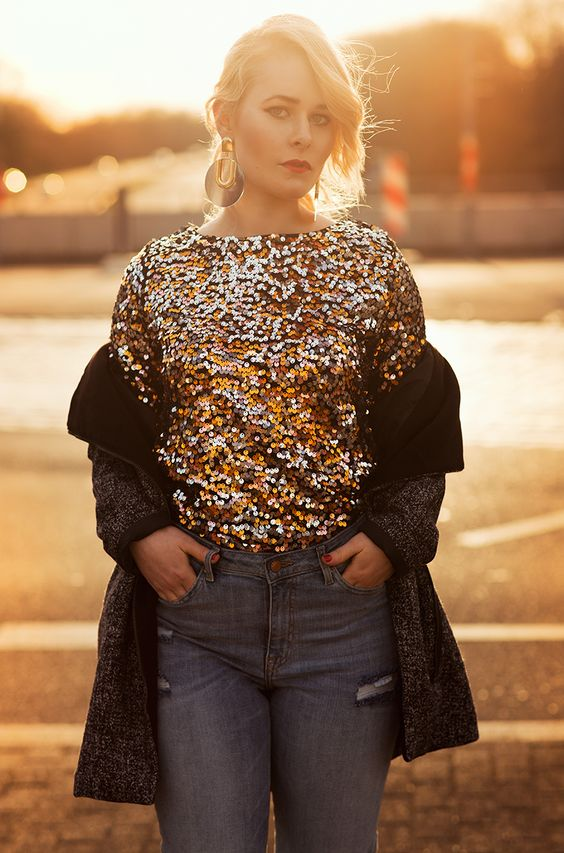 Fashion Blogger Girl Christina Key is wearing a golden shirt, statement jewellery and a blue jeans