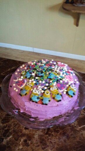 Minion heart cake