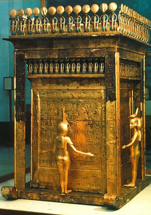 Cassa con vasi canopi; XIV secolo a.C., Nuovo Regno; legno, oro e pietre preziose; tomba di Tutankhamon, Valle di Re. Questa cassa rettangolare in oro custodiva il contenitore per i vasi canopi all'interno dei quali, durante l'imbalsamazione, venivano riposte le viscere del defunto. La struttura appare protetta dalle figure di quattro dee, Iside, Neith, Nefti e Serqet. Oggi si trova nel Museo Egizio del Cairo, Egitto.