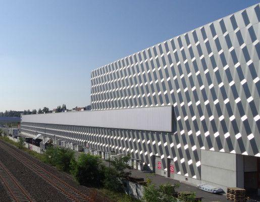 Nordwestansicht Die Aluminium Fassade Wird Von Lichtbandern Aus Polycarbonat Unterbrochen Fassade Bauhaus Bau